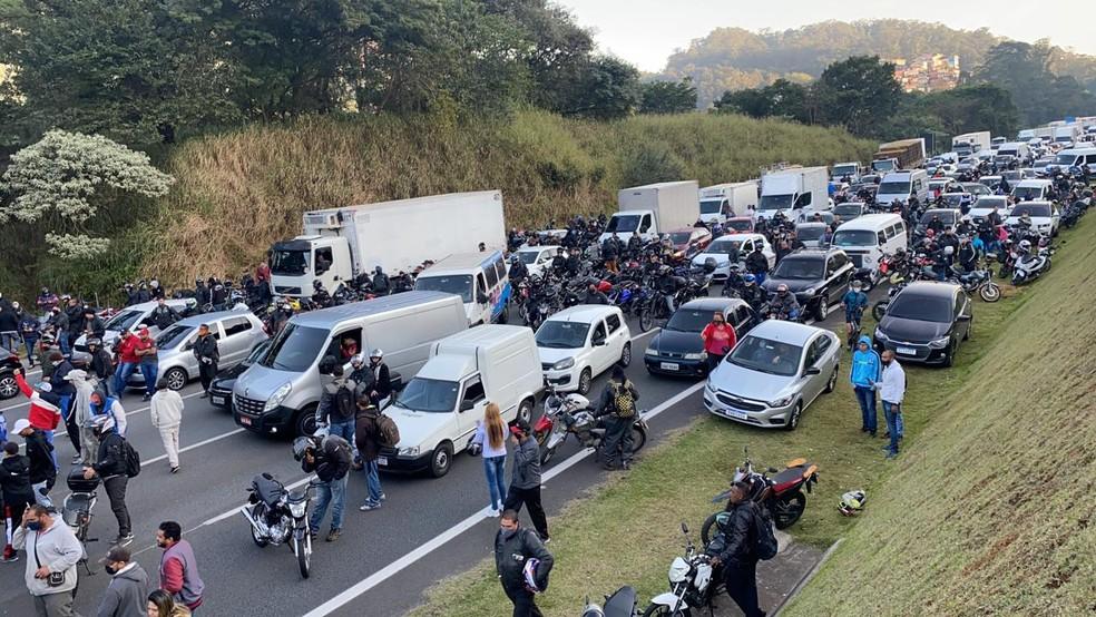 Trânsito ficou completamente parado na Rodovia  — Foto: Abraão Cruz/TV Globo