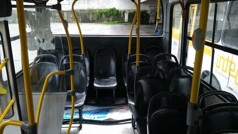 Em nota, a Concessionária Integra, responsável pelo transporte de ônibus urbano em Salvador, informou que o veículo foi atingido por pedradas em um ato de vandalismo, quando passava pelo  Largo do Retiro.  — Foto: Concessionária Integra
