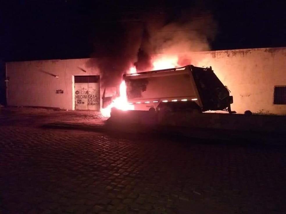 Caminhão de lixo fica destruído após ser incendiado em Jaguaruna, no Vale do Jaguaribe, no Ceará — Foto: Reprodução/SVM