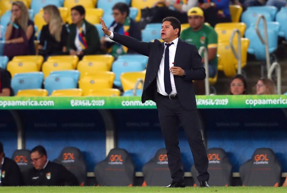 Eduardo Villegas, técnico da Bolívia, em ação contra o Peru — Foto: REUTERS/Pilar Olivares