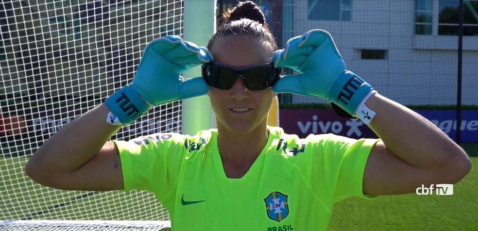 Aline com os óculos especiais dos treinamentos das goleiras da Seleção — Foto: reprodução CBF TV