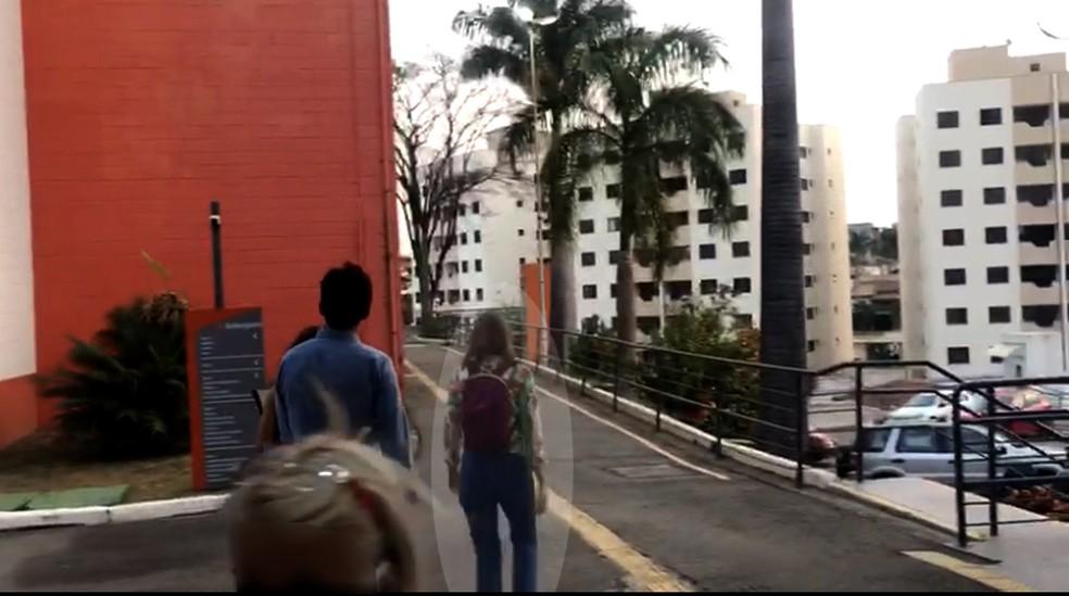 Suzane von Richthofen começa a frequentar faculdade com tornozeleira eletrônica em Taubaté; ela chegou ao prédio com camisa florida (à direita) — Foto: Michelle Mendes/ TV Vanguarda