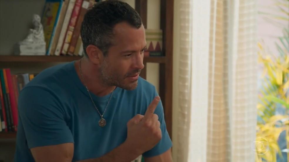 Apolo (Malvino Salvador) se revolta com a atitude de Beto (João Baldasserini) - 'Haja Coração' — Foto: Globo