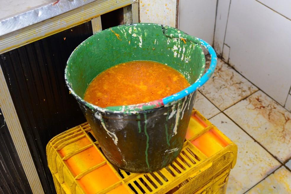 Aves eram mergulhadas em balde com corante para parecerem galinhas caipiras (Foto: Eduardo Andrade/Divulgação/Vigilância Sanitária de Boa Vista)