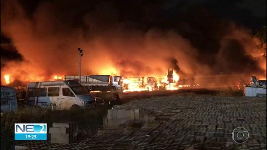 Perícia é realizada em galpão que pegou fogo no Centro do Recife
