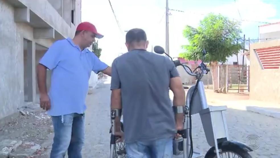 Mecânico de Campina Grande desenvolve triciclo de sucata para amigo deficiente (Foto: Reprodução/TV Paraíba)