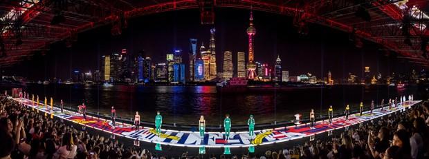 Panorâmica da passarela do desfile da Tommy Hilfiger em Xangai (Foto: Divulgação)