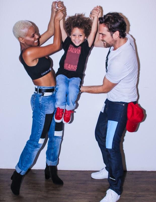 Aline Wirley e Igor Rickli desfilam com o filho, Antonio (Foto: Thiago Duran/AgNews)