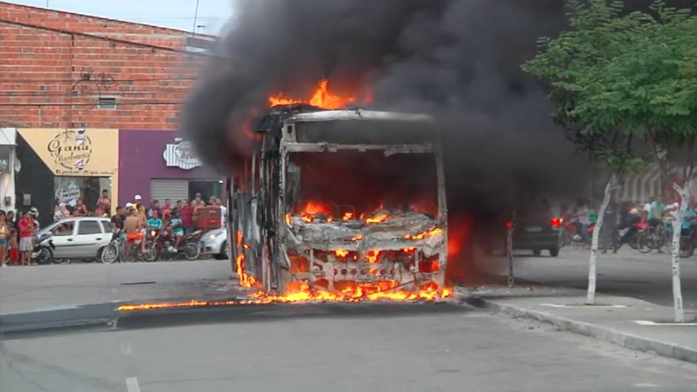Ônibus destruído em ataque incendiário em Fortaleza. (Foto: TV Verdes Mares/Reprodução)
