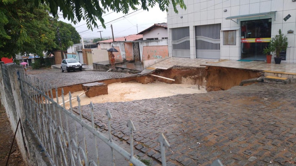 Cratera aberta pela chuva na rua Bariri, no bairro Gramoré, em Natal — Foto: Redes sociais