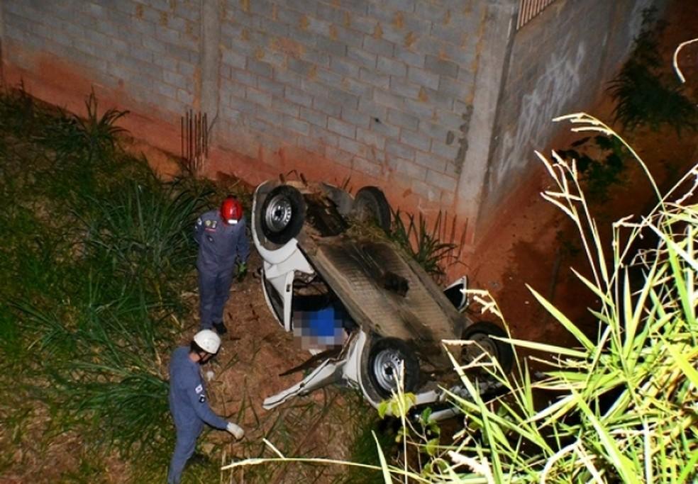 -  Carro caiu em barranco de cerca de 10 metros em Muriaé  Foto: Reprodução/Rádio Muriaé