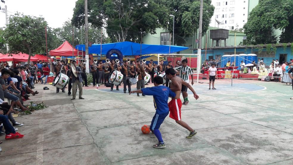 Chegada de banda não interrompe jogo em quadra da Praça Kantuta — Foto: Alexandre Alliatti