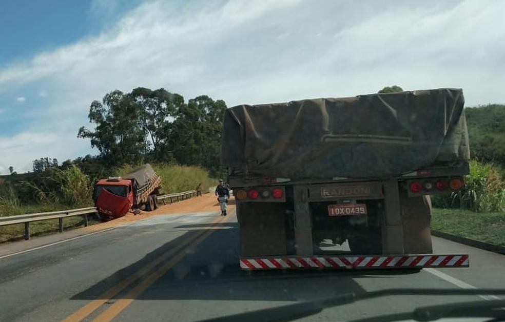 -  Pista foi interditada após acidente na BR-262 em Campos Altos  Foto: Antônio Alves/Arquivo pessoal