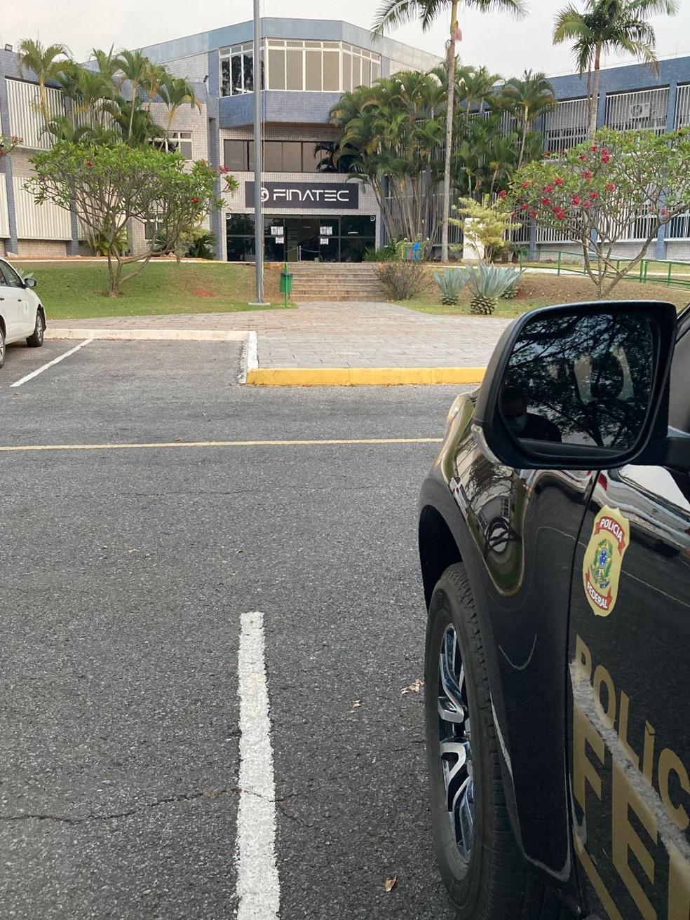 Veículo da Polícia Federal em frente à Finatec, no DF — Foto: PF/Divulgação
