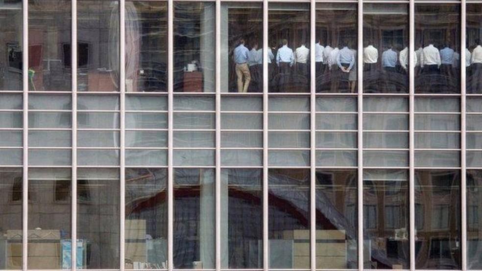 O momento em que funcionários do Lehman Brothers foram avisados da falência do banco tornou-se emblemático — Foto: Reuters