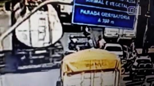 Motociclista morre após ser empurrado por homem e atropelado por caminhão, em Aragarças; vídeo