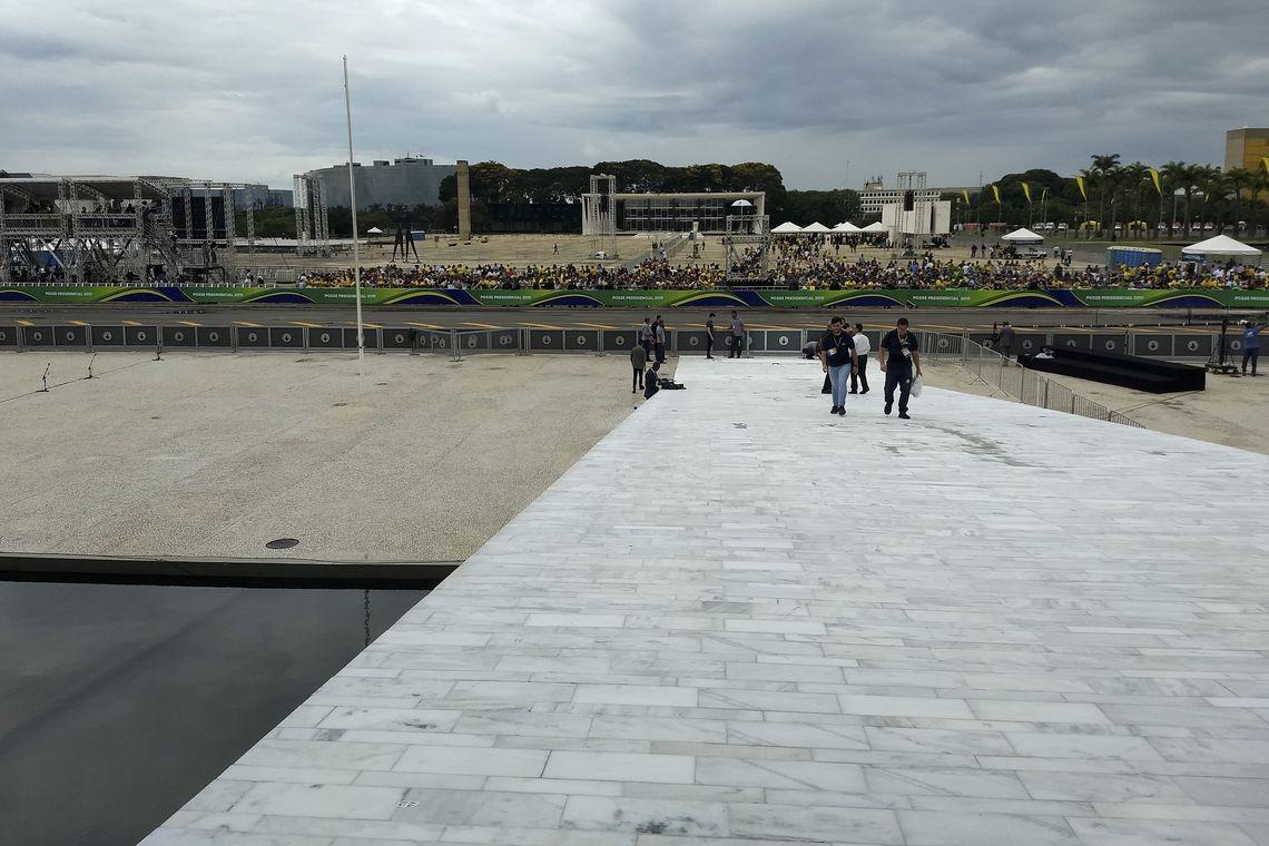 Apoiadores aguardam a cerimônia de posse, em Brasília (Foto: Valter Campanato/Agência Brasil)
