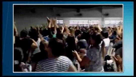 Em assembleia, professores da rede municipal de ensino de Divinópolis votam pela continuação de greve