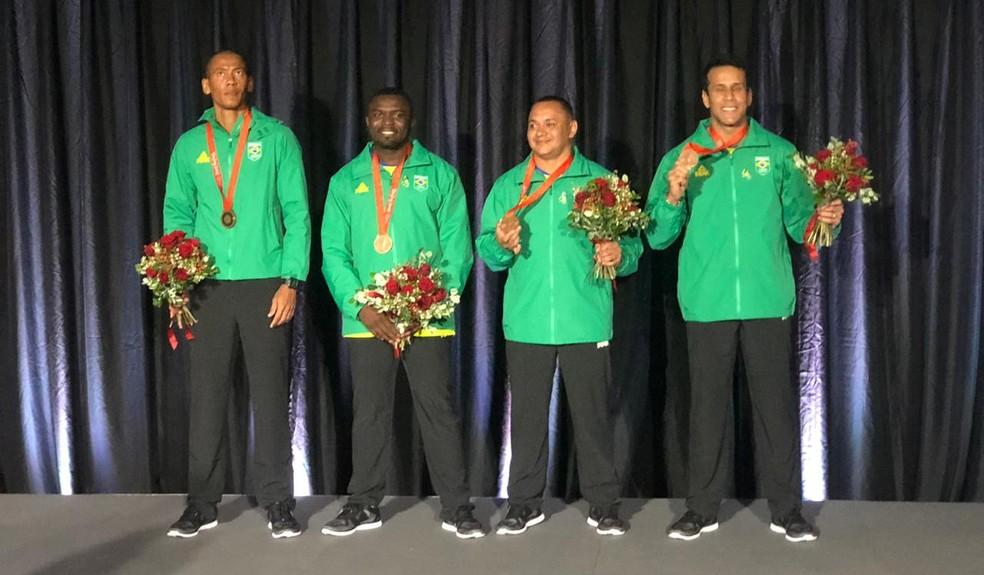 """José Carlos """"Codó"""" Moreira, Sandro Viana, Bruno Lins e Vicente Lenílson recebem bronze do revezamento 4x100m de Pequim 2008 — Foto: Marcelo Courrege"""