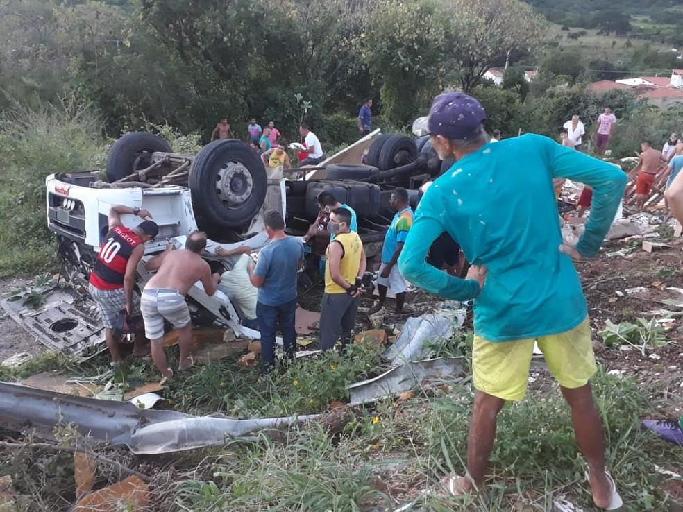 Pessoas que passavam pelo local se reuniram ao redor do acidente em Itapajé, no interior do Ceará — Foto: Divulgação/PRF