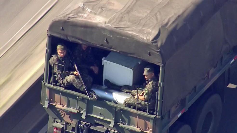 Tropas militares atuam no Rio (Foto: Reprodução/Globo)