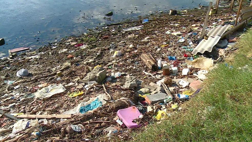 Universalização traria benefícios para o turismo; a Baía de Guanabara convive com o lixo e promessas sobre despoluição há 20 anos — Foto: Reprodução / Tv Globo