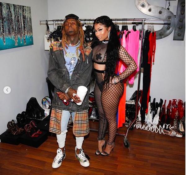 A cantora Nicki Minaj com seu look transparente e adesivos nos mamilos nos bastidores das gravações de um clipe (Foto: Instagram)