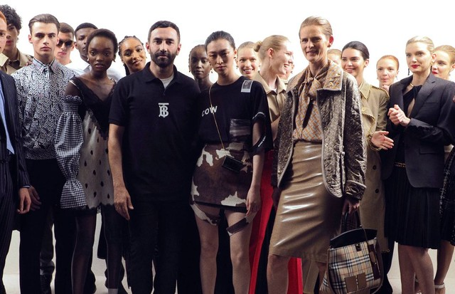 Riccardo Tisci (centre, in black) with his team of models after his collection for Burberry Spring/Summer 2019 (Foto: COURTESY OF BURBERRY)