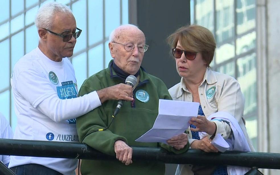 O jurista Hélio Bicudo (centro) discursa em ato contra a corrupção (Foto: Reprodução/TV Globo)