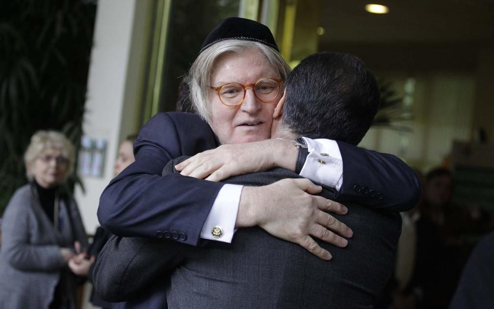 O rabino Henry Sobel cumprimenta uma pessoa ao chegar ao velório de Roberto Civita — Foto: Nelson Antoine/Fotoarena/Estadão Conteúdo