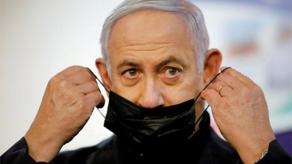Primeiro-ministro de Israel, Binyamin Netanyahu decretou lockdown e incentiva uso de máscara, além de fazer campanha pela vacinação — Foto: Reuters/BBC