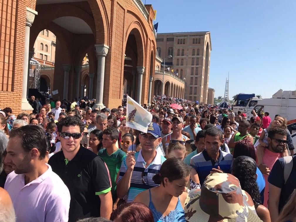 Milhares de votos acompanham a celebração de 300 anos de Nossa Senhora Aparecida (Foto: Terezinha Almeida/TV Vanguarda)