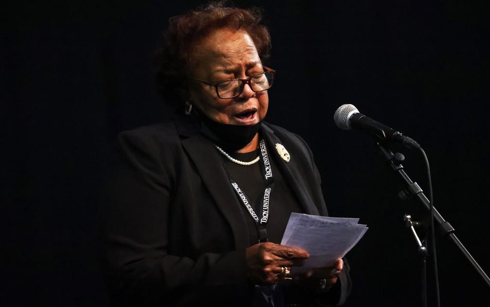 Ethel Mae Tyner fala durante o funeral de seu irmão, o congressista John Lewis, na Troy University, em Alabama, no sábado (25) — Foto: Michael M. Santiago/Getty Images/AFP