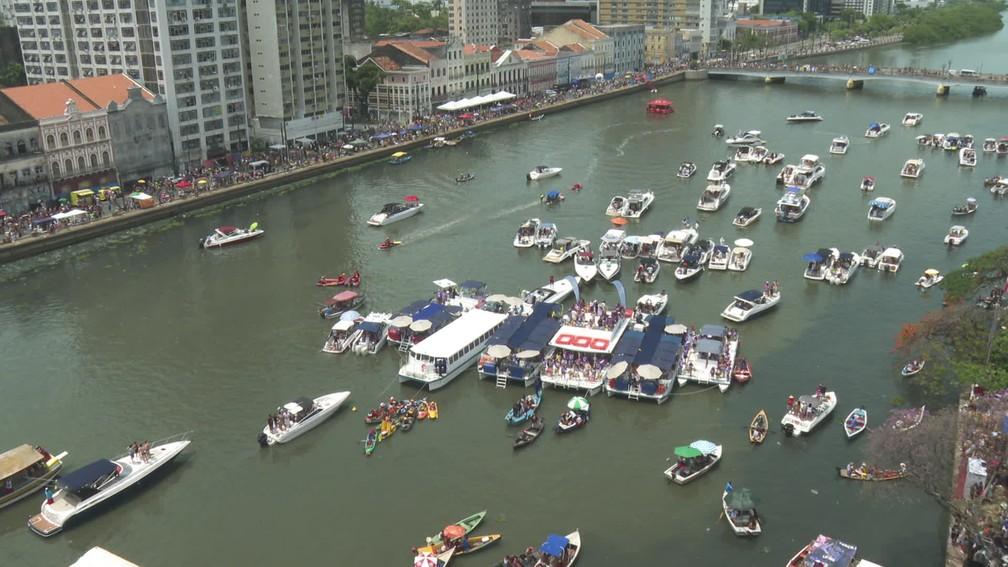 Do Rio Capibaribe, barcos acompanham desfile do Galo da Madrugada — Foto: Reprodução/TV Globo