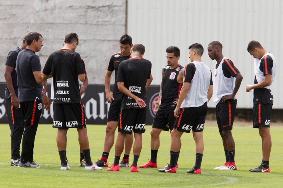 bba20e2a7fecd ... Técnico Fábio Carille com parte do elenco do Corinthians