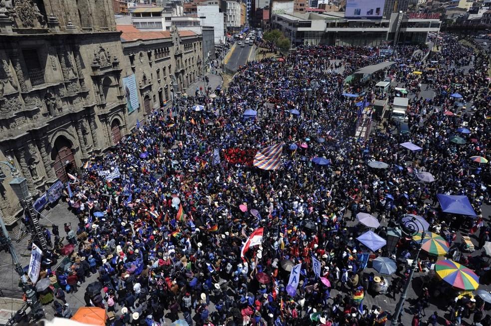 Bolivianos reunidos em frente à Basília de São Francisco, em La Paz, durante posse do presidente eleito Luis Arce, neste domingo (8). — Foto: AFP