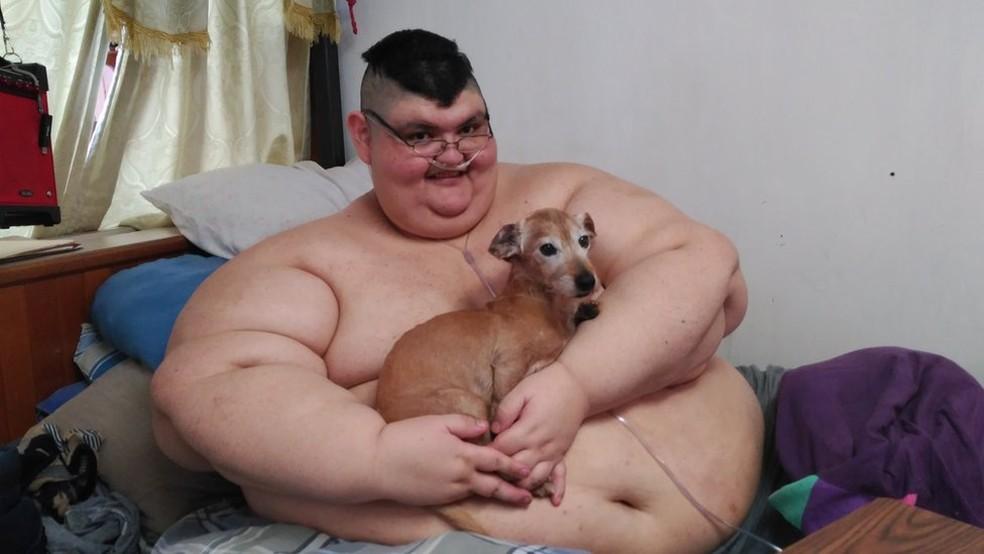 Juan Pedro Franco, que não deixa o quarto há anos, tem no cão Barbas um amigo inseparável (Foto: BBC)