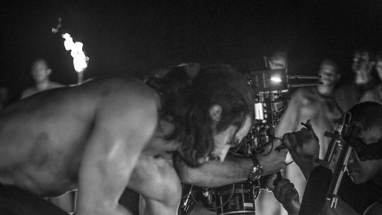 Confira os bastidores da luta entre Afonso e Constantino em 'Deus Salve o Rei'; veja vídeo e fotos