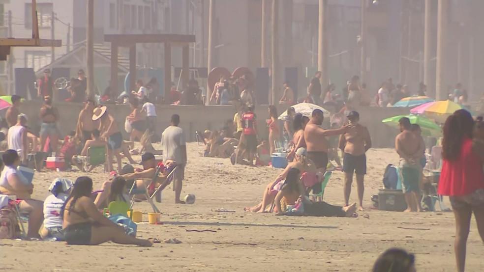 Praia de Tramandaí, no Litoral Norte, teve grande movimentação no feriado de 12 de outubro — Foto: Reprodução/RBS TV