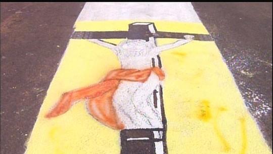 Católicos montam tapete de Corpus Christi de 1 km em Milhã, no Ceará