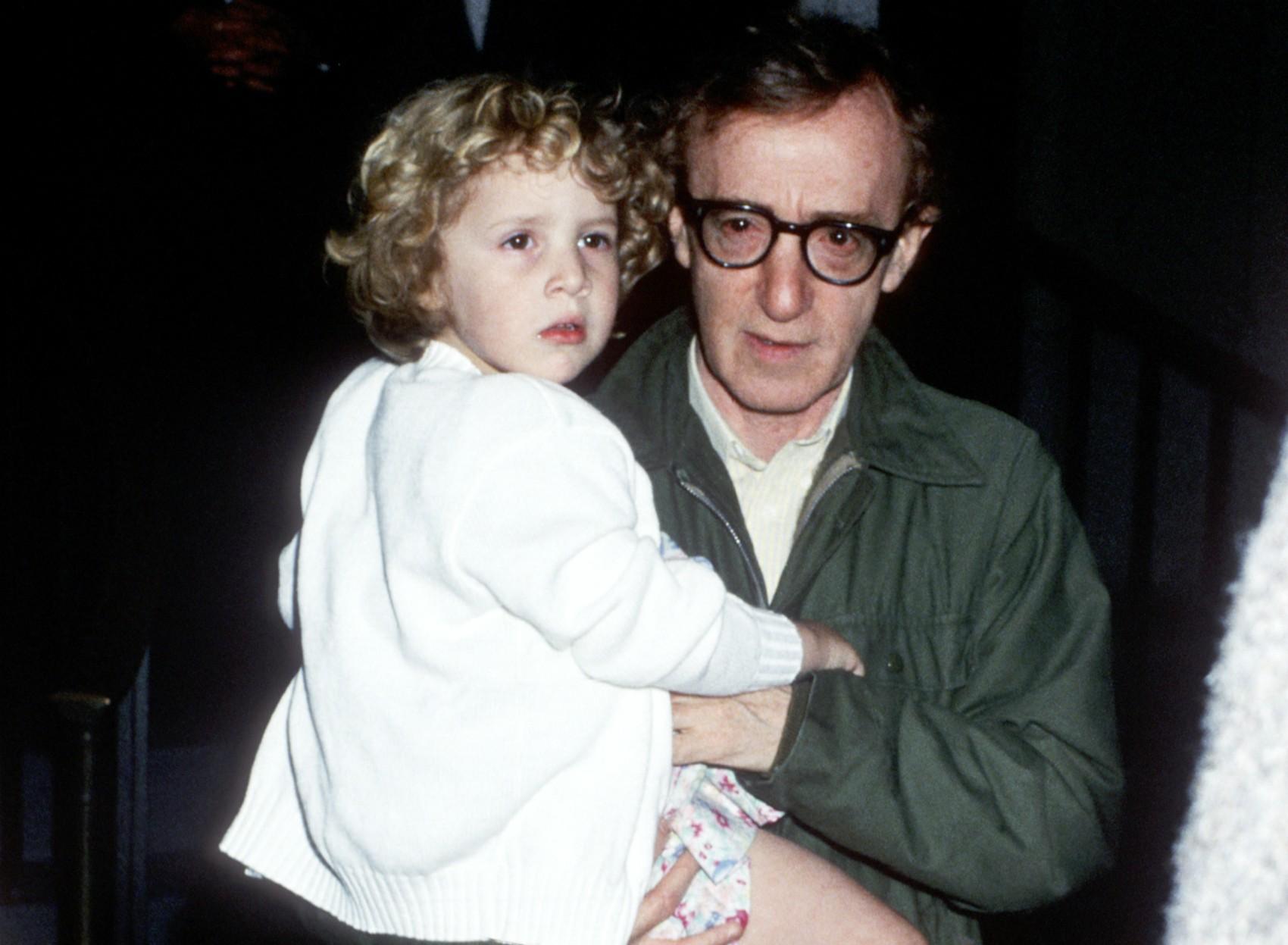 Em 1992, três anos após esta foto ter sido feita, a atriz Mia Farrow acusou Woody Allen de abusar sexualmente desta filha adotiva do casal, Dylan Farrow, à época com 7 anos de idade. Mais de duas décadas se passaram e, desde então, a Justiça não conseguiu (Foto: Getty Images)