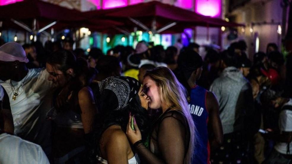 Enquanto restrições continuavam em outras partes dos EUA, os bares e restaurantes permaneceram abertos em Miami — Foto: Getty Images/BBC