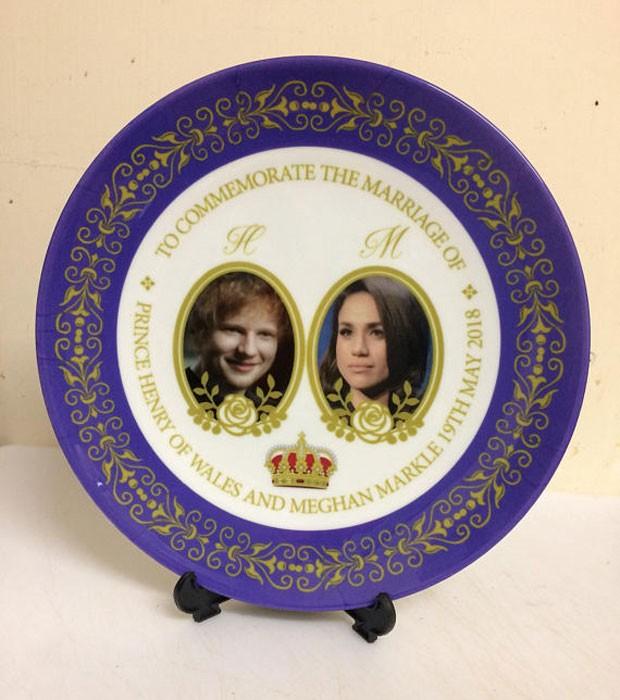 O prato comemorativo do casamento real com Ed Sheeran substituindo o príncipe Harry  (Foto: Reprodução)