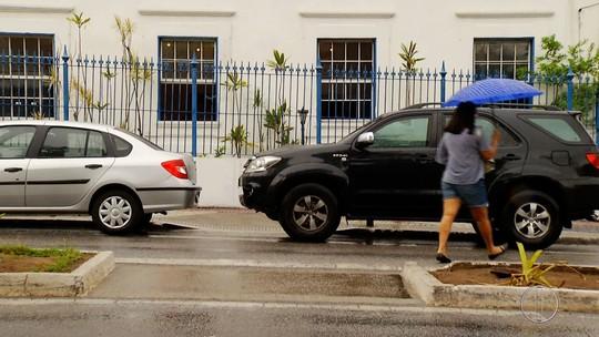 Prefeito de Cabo Frio, RJ, tem carro flagrado em rampa de acessibilidade e culpa motorista: 'vou puxar a orelha dele'