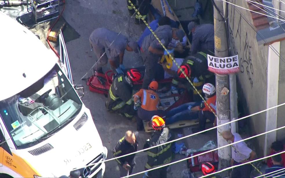 Feridos em acidente com van escolar em Carapicuíba recebem atendimento (Foto: TV Globo/Reprodução)
