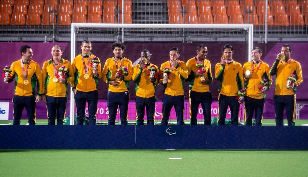 Brasil recebem o ouro no pódio do futebol de 5 — Foto: Ale Cabral/CPB