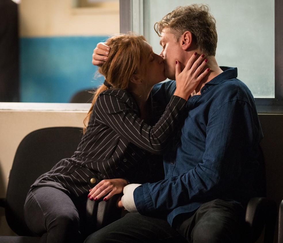Arthur (Fábio Assunção) e Eliza (Marina Ruy Barbosa) se beijam em 'Totalmente Demais' — Foto: Fabiano Battaglin/Gshow