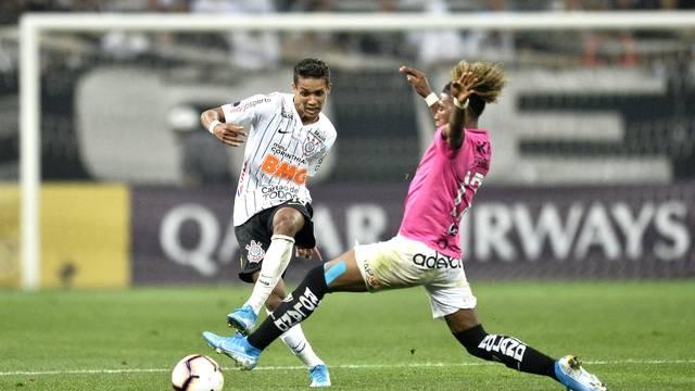 Pedrinho em ação pelo Corinthians na partida