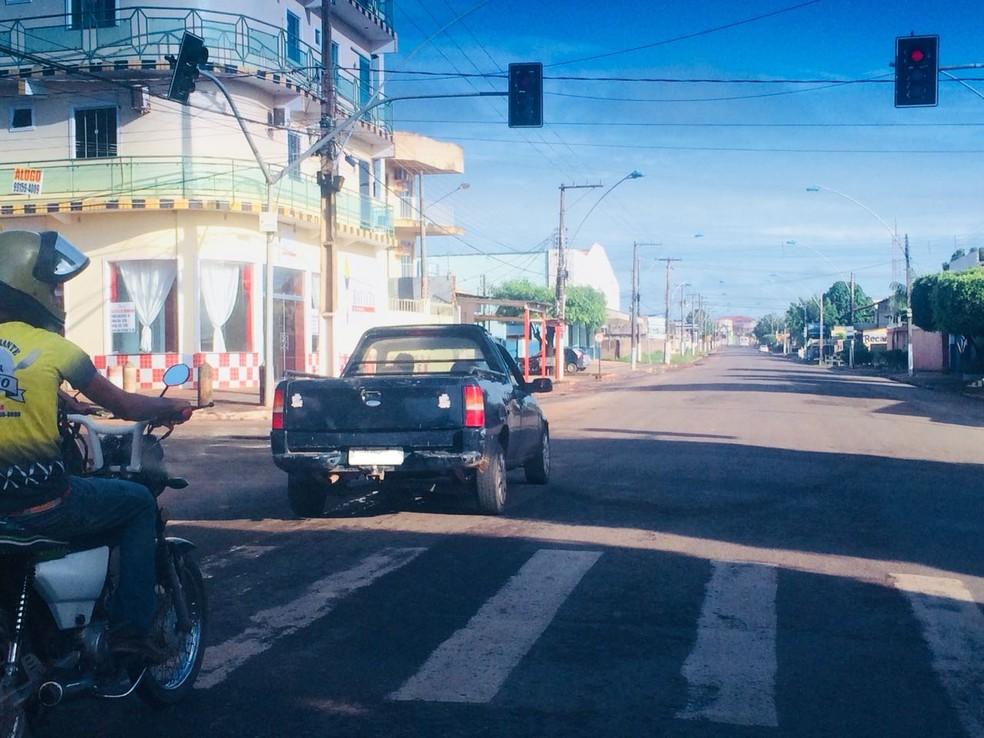 -  Motorista flagrado parado no sinal vermelho e ainda avançando a faixa  Foto: Divulgação/VC no G1