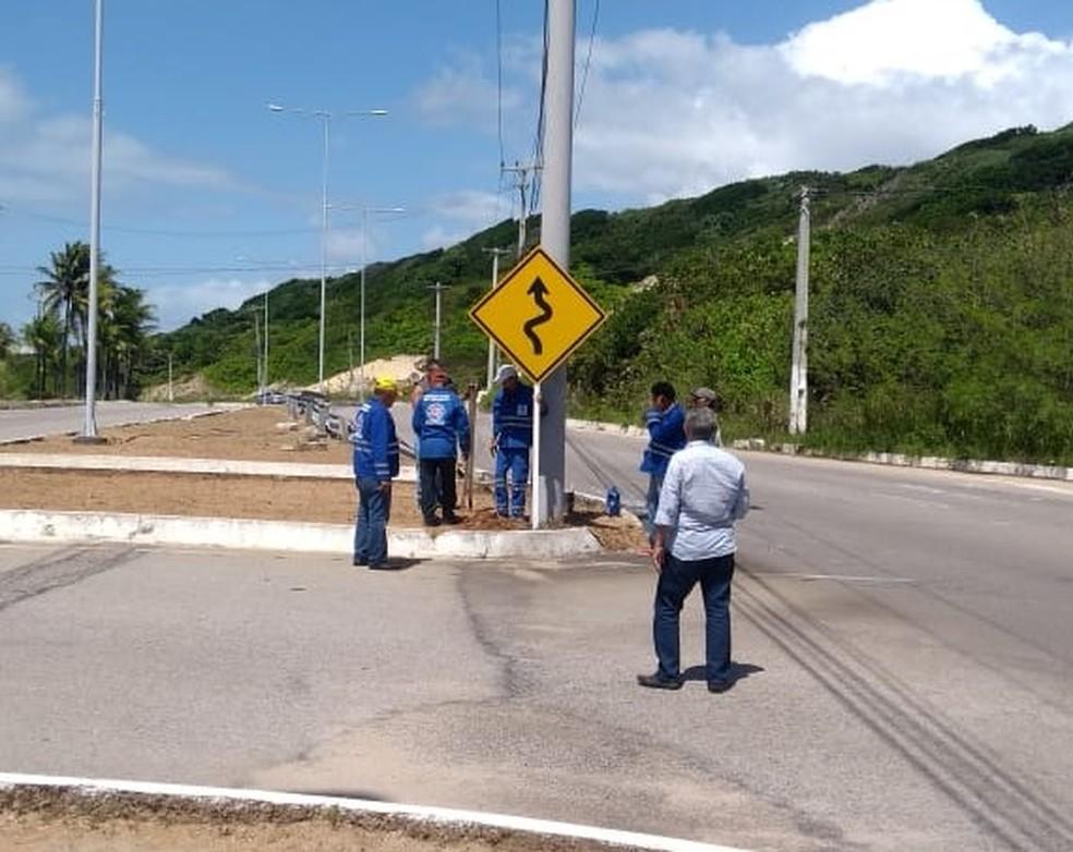 Placas de sinalização estão sendo instaladas na Via Costeira — Foto: Divulgação